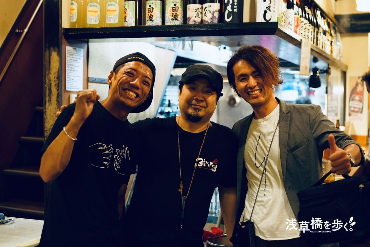 左:たいこ茶屋若大将、中央:ぶたいちろうオーナー、右:浅草橋を歩く編集長