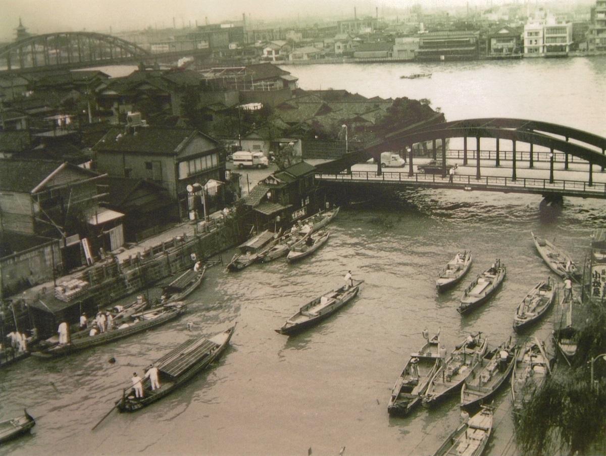 昭和36年の柳橋周辺。「両国の花火大会の日は、ずらりと船が並んでお座敷にして、芸者さんと旦那さんが乗ってお料理食べたり、風流でしたねぇ」
