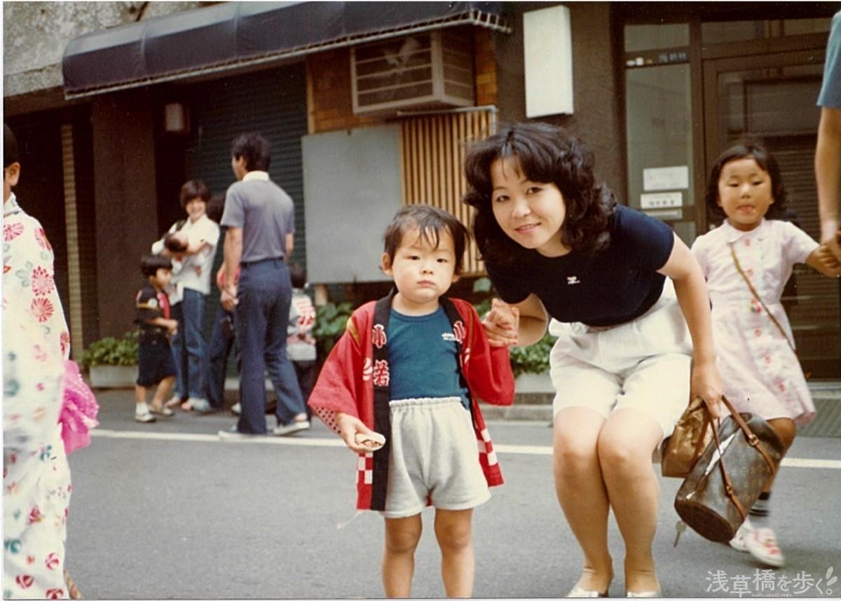 幼少期の千葉さんとお母さん。「小学校の教科書に『浅草橋は日本最大の卸問屋の街』と書いていたくらい、この頃は街に勢いがありましたね」