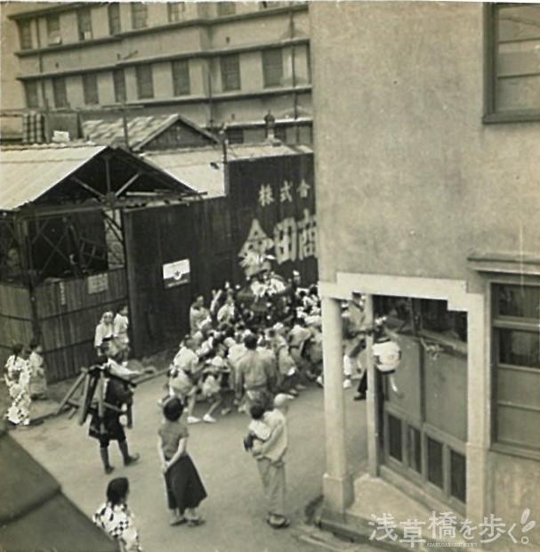 昭和30年頃の銀杏岡八幡神社のお祭り。「バブル全盛期の頃は、神輿を担ぐと山のように玩具やお菓子が貰えたので、子どもたちから大人気でした」