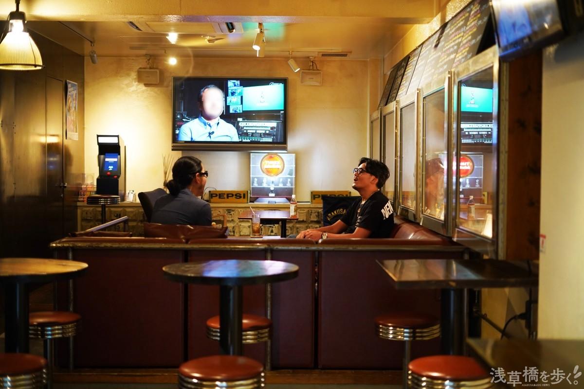 インタビューは『ラムクラ』の店舗で行なわれた。カウンターだけでなくグループでも寛げるソファ席もあり、『ハイクラ』からハシゴするファンも少なくない。
