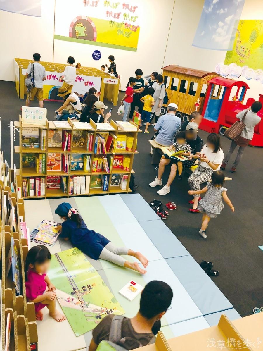 「のびのび遊べるアクティビティコーナー」では子どもたちが目を輝かせながら絵本を読んでいた。中には海外から訪れる人も。