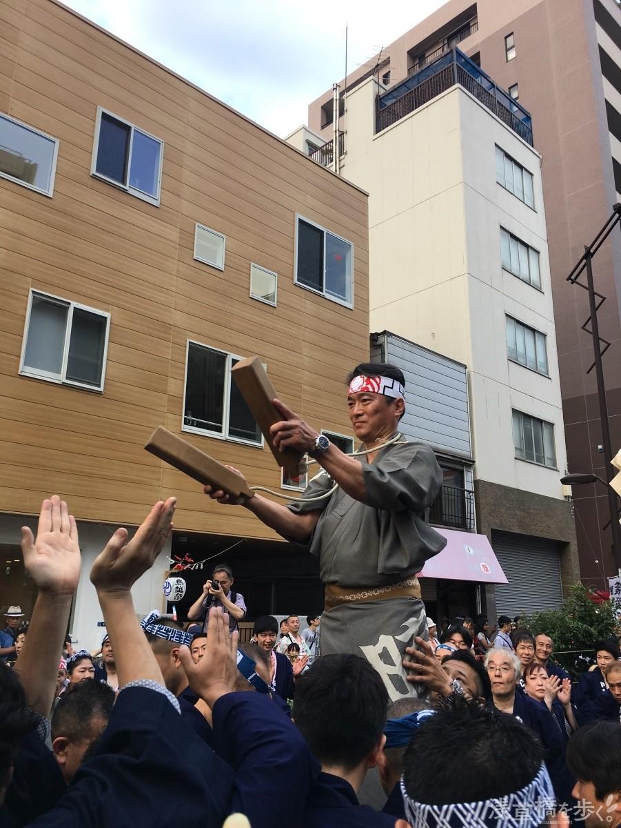 鳥越祭りの時の斎藤さん。「狭い道を大きな神輿が進む命がけの熱気は、一度経験したらやめられないですよ」