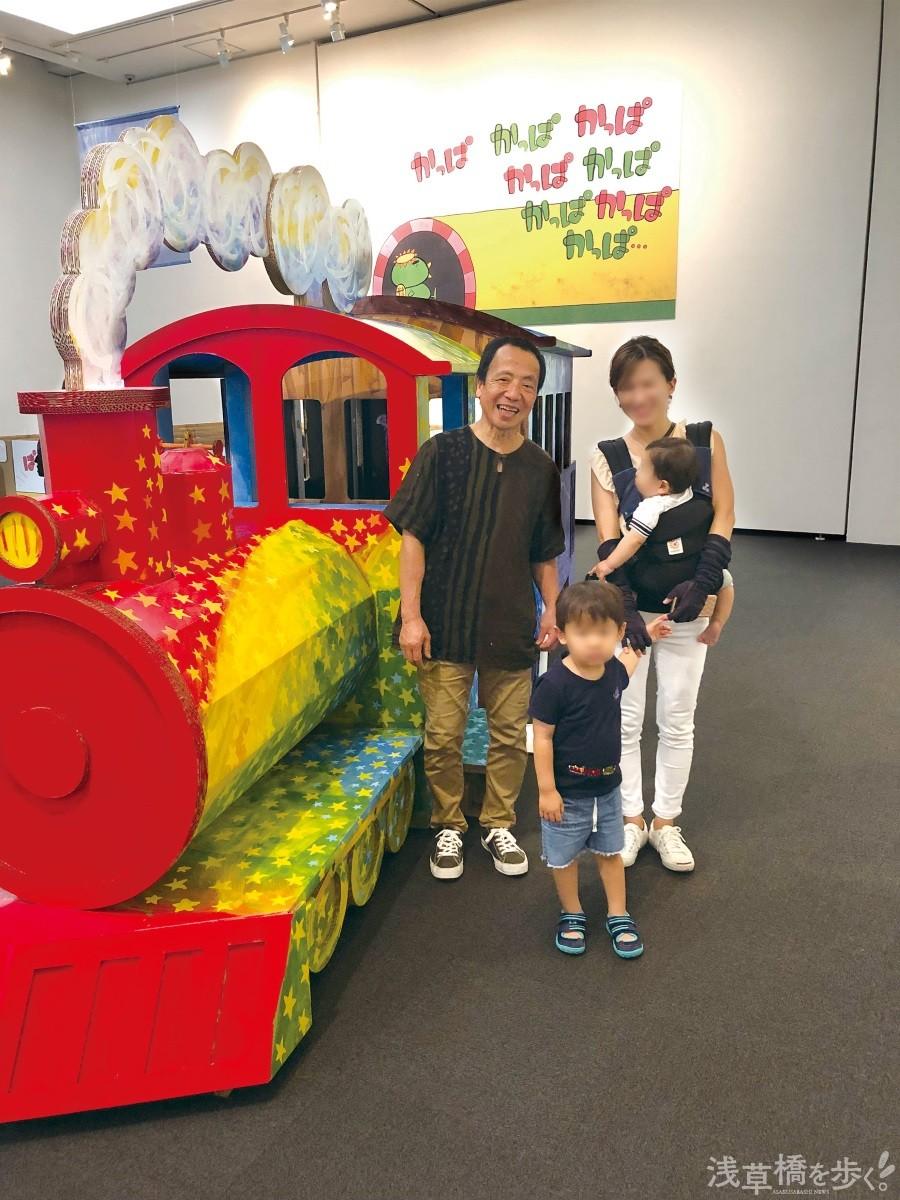 鈴木まもるさんが2日かけて着色した巨大段ボール列車は、会場で一際目をひいていた。