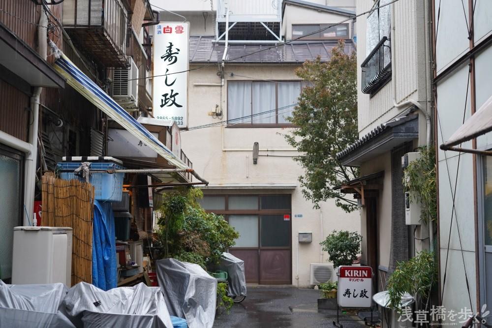 向かって左が「寿し政」、右が宏之さんが営む「寿し政 別館」。どちらにも通うファンもいるとか。