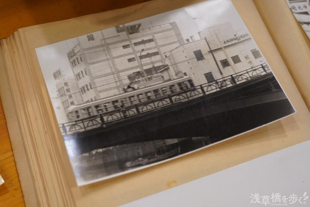 昭和30年代と思われる浅草橋東口付近の写真。当時江戸通りに都電が走っていた。