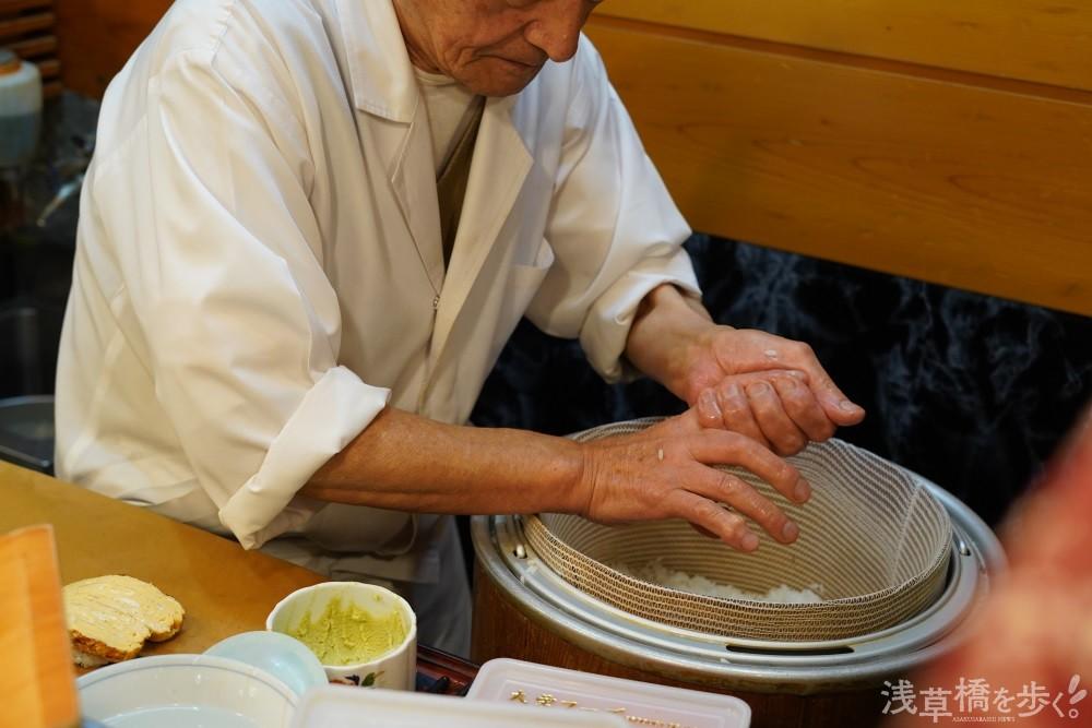 シャリに使う米は、浅草橋で四代続く「小川米店」から、その時期に上質なものを都度精米したてで仕入れる。