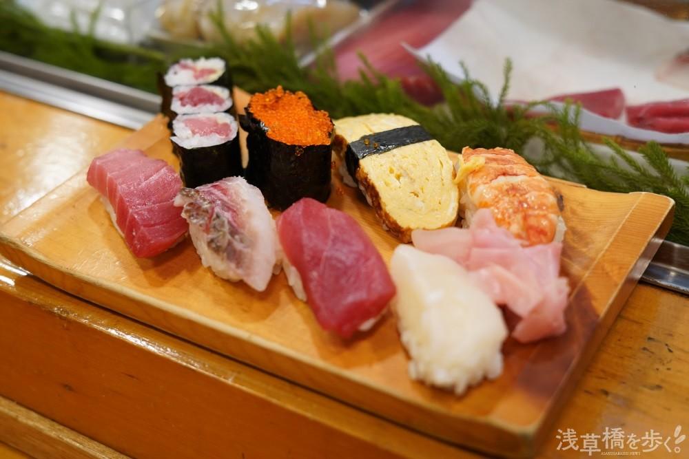 佇まいだけで鮮度の良さがわかる大ぶりな寿司は、昼1人前1100円、1人半1600円。ちらし1人前1100円も人気が高い。