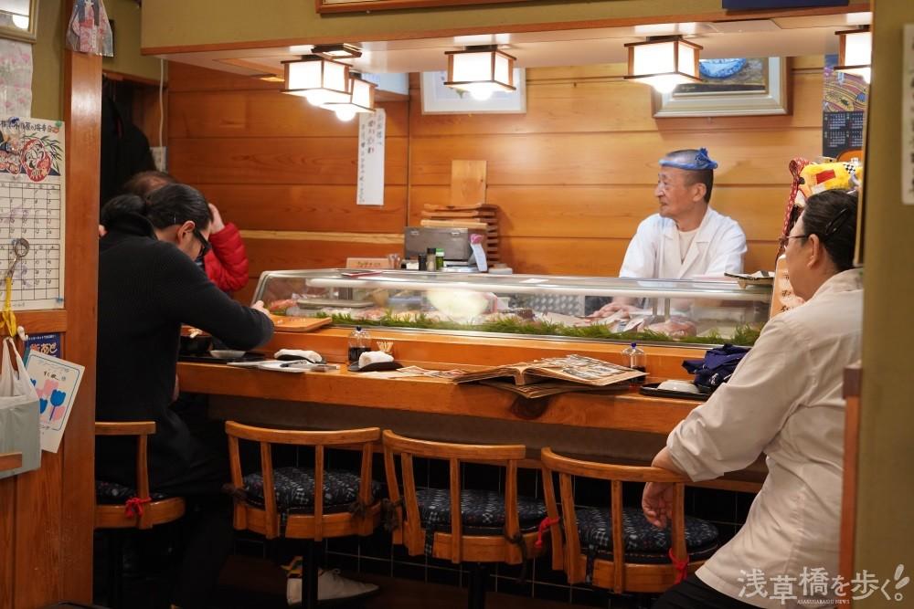 昭和情緒漂う店内。長年通う常連客から近隣の住民や勤め人まで幅広く支持されている。
