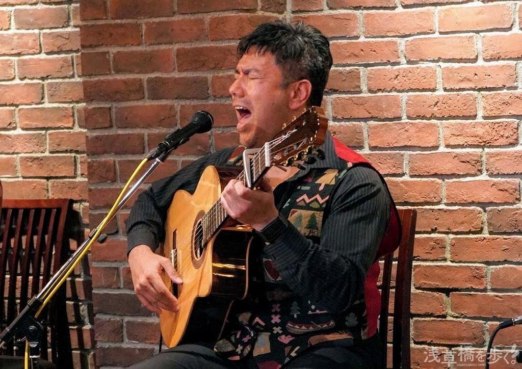カンテ(歌い手)ダニエルさんはスペインのクリスマスソング「Feliz Navidad」をオリジナルアレンジで熱唱。