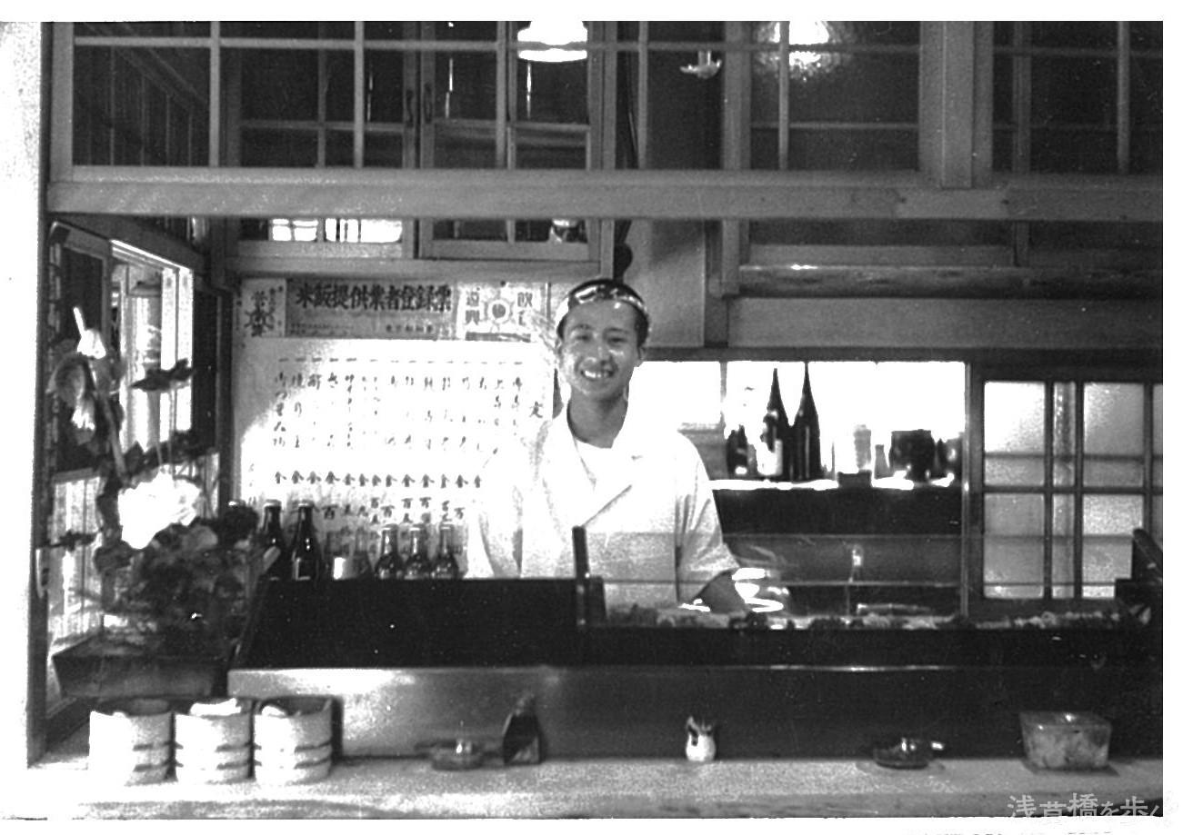 昭和20年代に撮影された、当時の店舗に立つ大山さん。ねじり鉢巻きスタイルは今も変わらない。