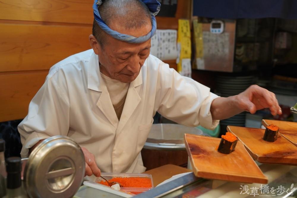 流れるような手さばきで寿司を握る大山さん。この職人技を眺めながらいただけるのがカウンターの醍醐味だ。
