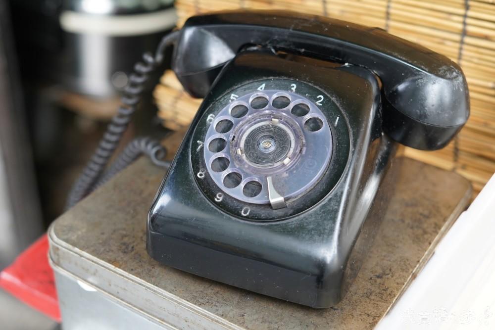 もはや見かけなくなった黒電話。取材中も電話が鳴っていた。