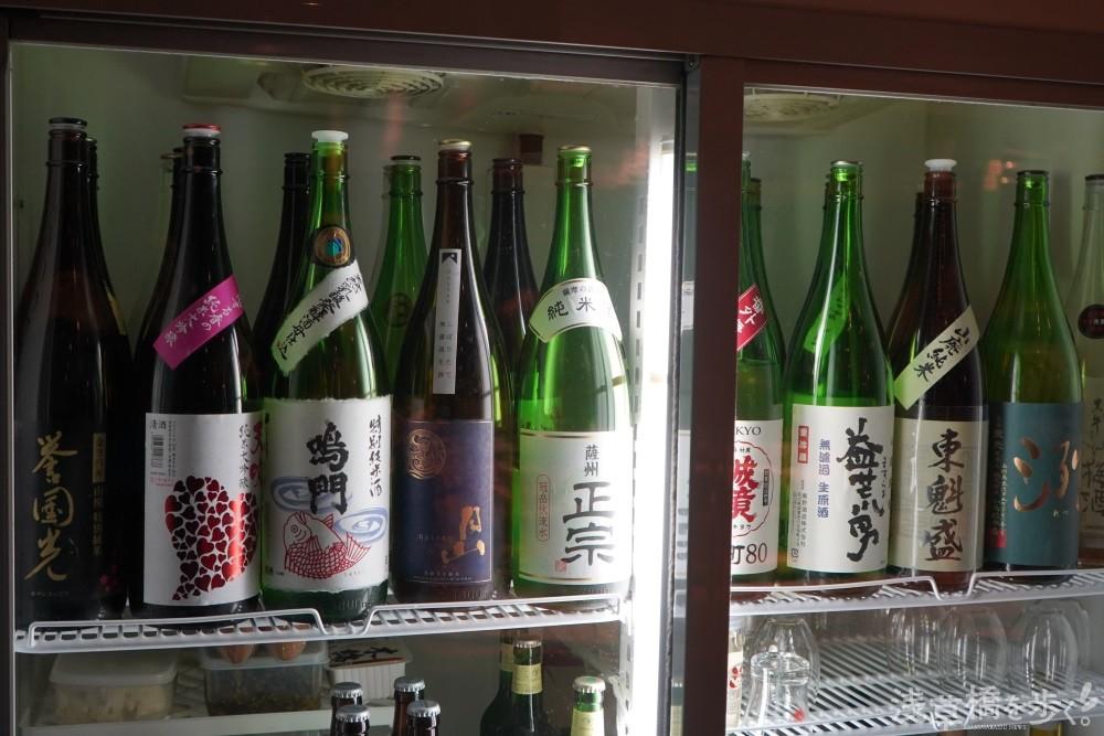 """棚に並べられた""""レア日本酒""""の数々。"""