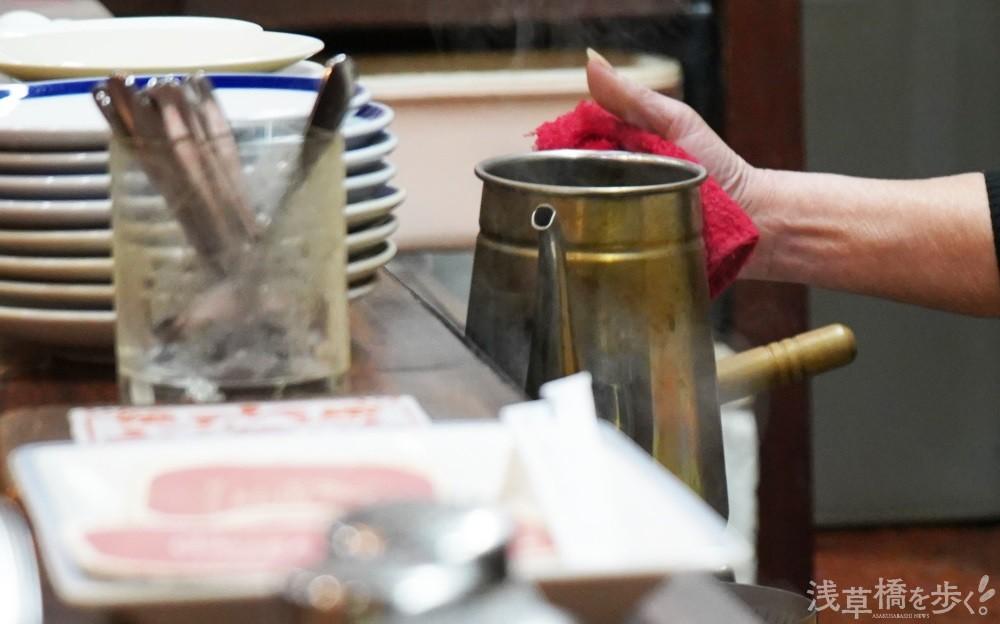 コーヒーは一杯ずつハンドドリップで丁寧に淹れる。