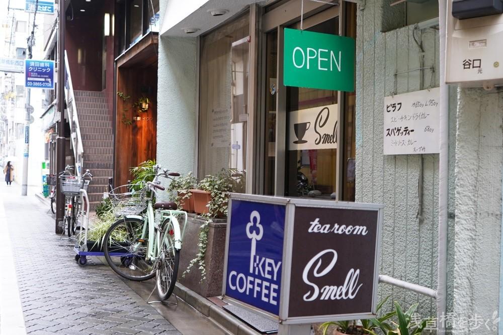 『tea room Smell』とKEY COFFEEの四面看板が目印。