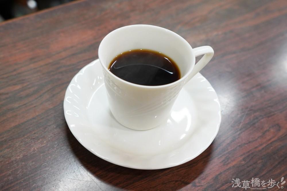 コーヒー380円。店名に偽りはなく香り高く、タバコと合うことこの上ない。