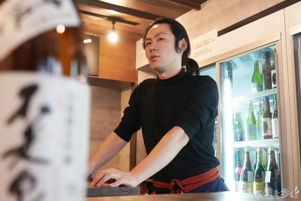 「日本古来のお酒なのに年々消費量が減っていく現状をなんとかしたい」と歩く語る藤田さん。