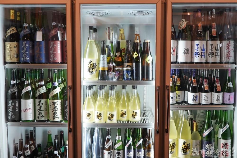 適切な温度で管理された冷蔵庫には買いやすい四合瓶と一升瓶も揃う。