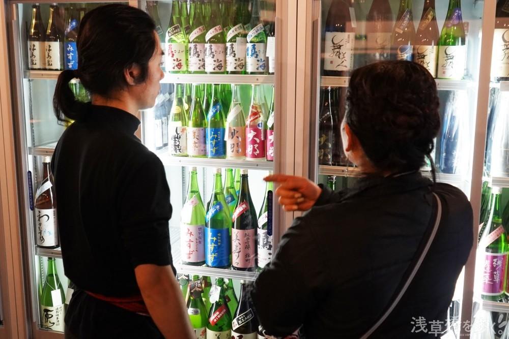 顔が見えるプロに相談しながら買えるのが酒屋ならではのメリット。飲みながら他のお客さんとの情報交換も楽しい。