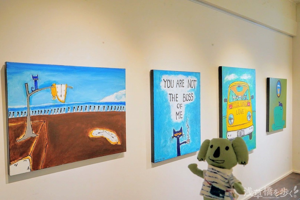 ギャラリーいっぱいに展示された「ピート・ザ・キャット」の絵画