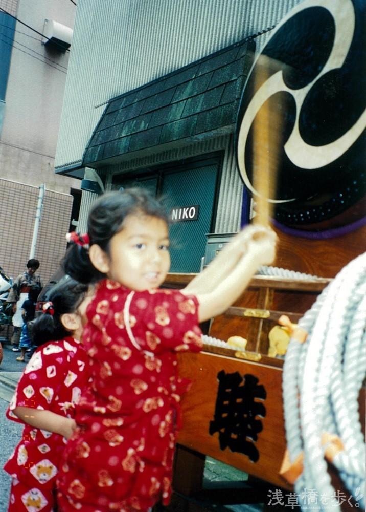 4歳の頃。夏休みに遊びにきて、初めて和太鼓を叩く