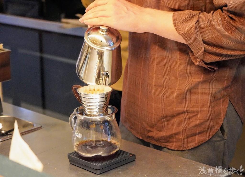コーヒーは常駐のバリスタが1杯ずつ淹れてくれる!